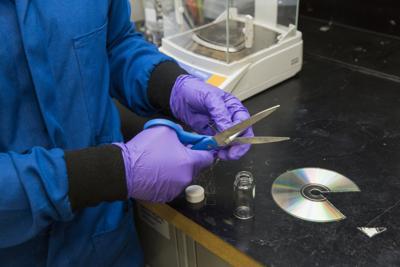 Plastica 'buona' da vecchi cd e smartphone, scoperto nuovo processo riciclaggio