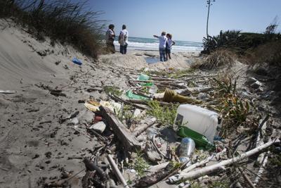 Una spiaggia di rifiuti, 714 ogni 100 metri e il 76% di plastica