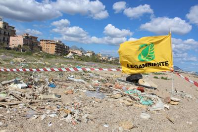 Esaminate 62 spiagge italiane, trovati 670 rifiuti ogni 100 metri