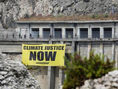 Greenpeace in azione a Taormina, 21 mln di migranti ambientali ogni anno