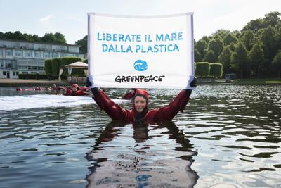 Oceani liberi dalla plastica, attivisti Greenpeace in azione al G20 di Brema