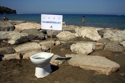 Cotton fioc, blister, assorbenti: quando i rifiuti passano direttamente dal WC alla spiaggia