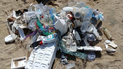 Più rifiuti che conchiglie